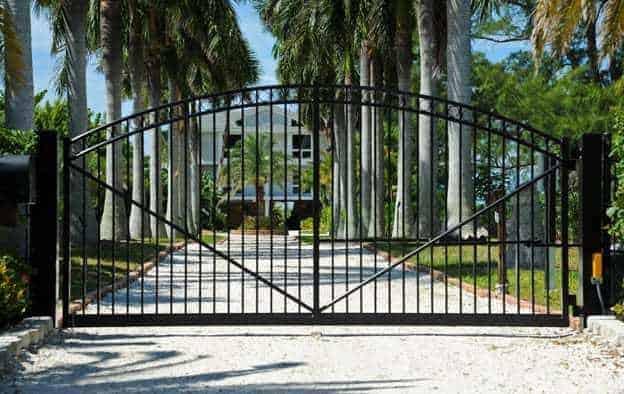 Поддръжка на метални дворни врати