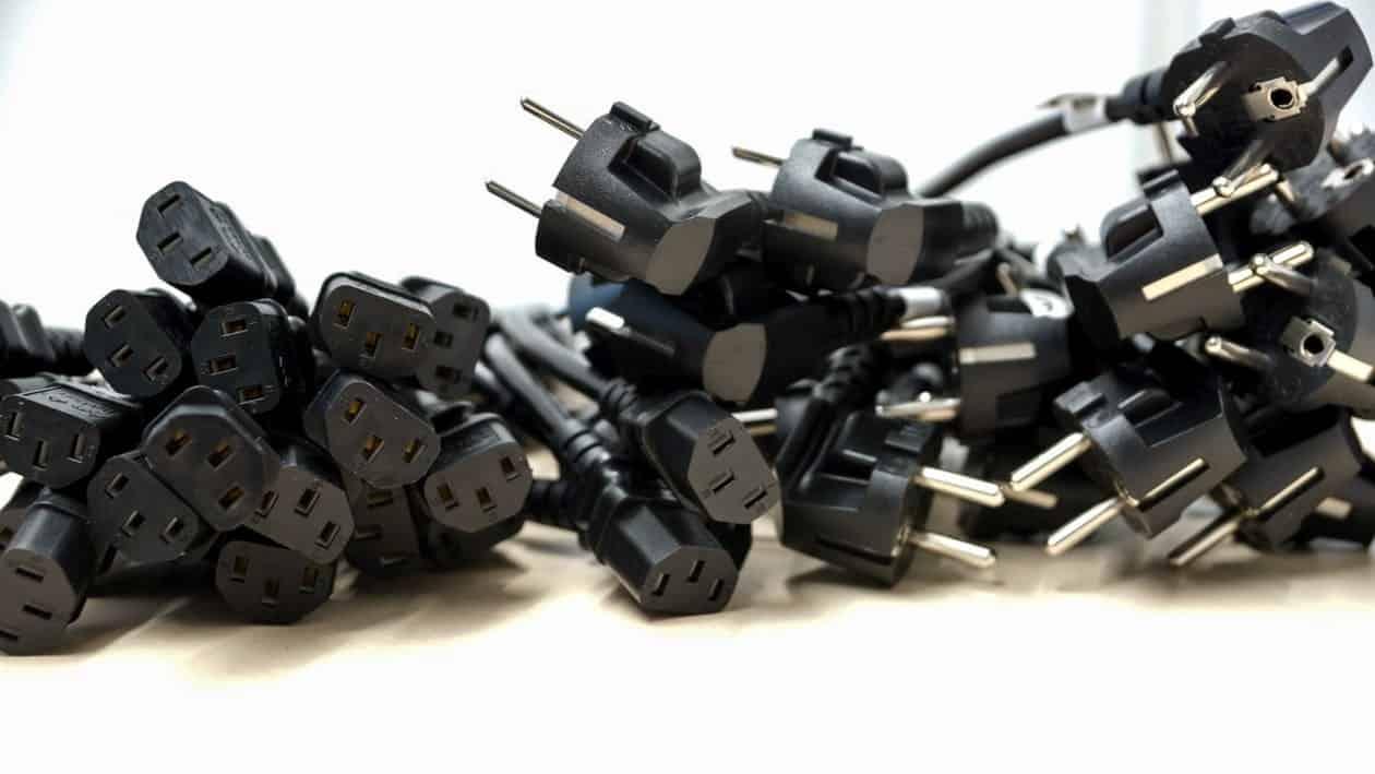 Как да почистите мръсните захранващи кабели?