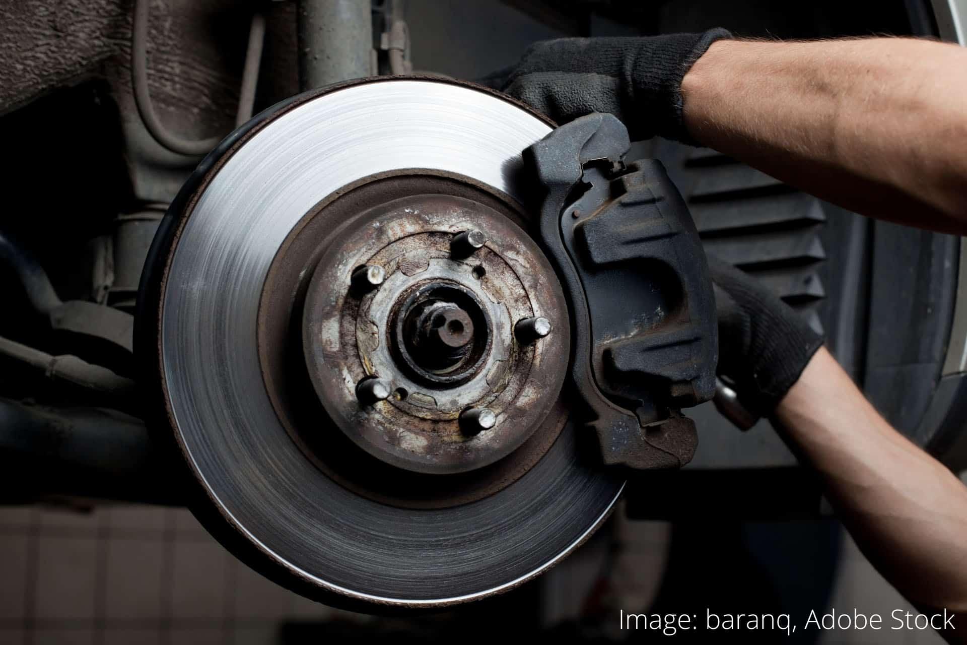 Повдигане на автомобила и сваляне на гумите