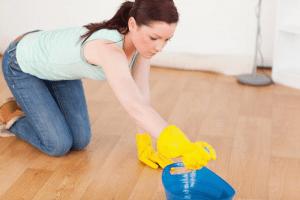 Jak odstranit šmouhy z podlahy z keramických dlaždic