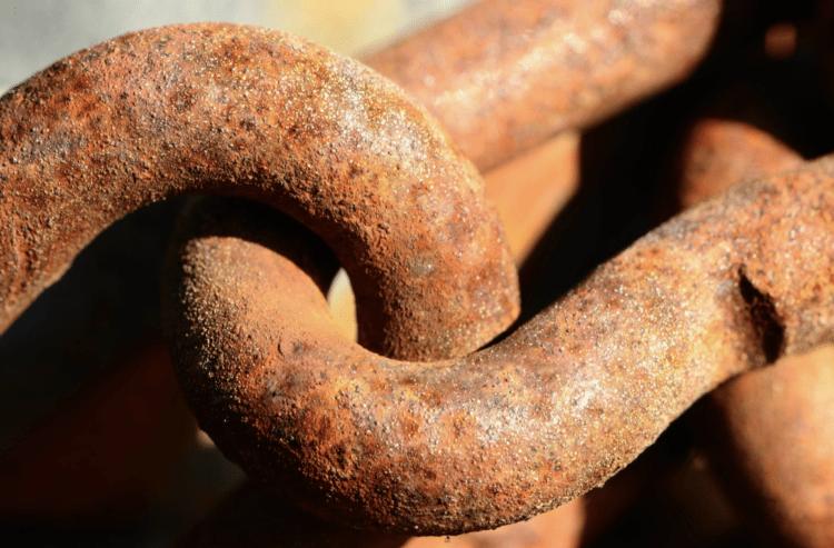 jak odstranit rez z kovových předmětů