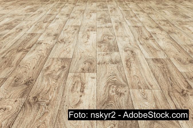 Odstraňování šmouh z podlahy