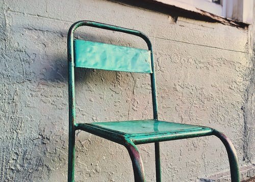 Čistá kovová židle - Čím odstranit beton z kovových povrchů