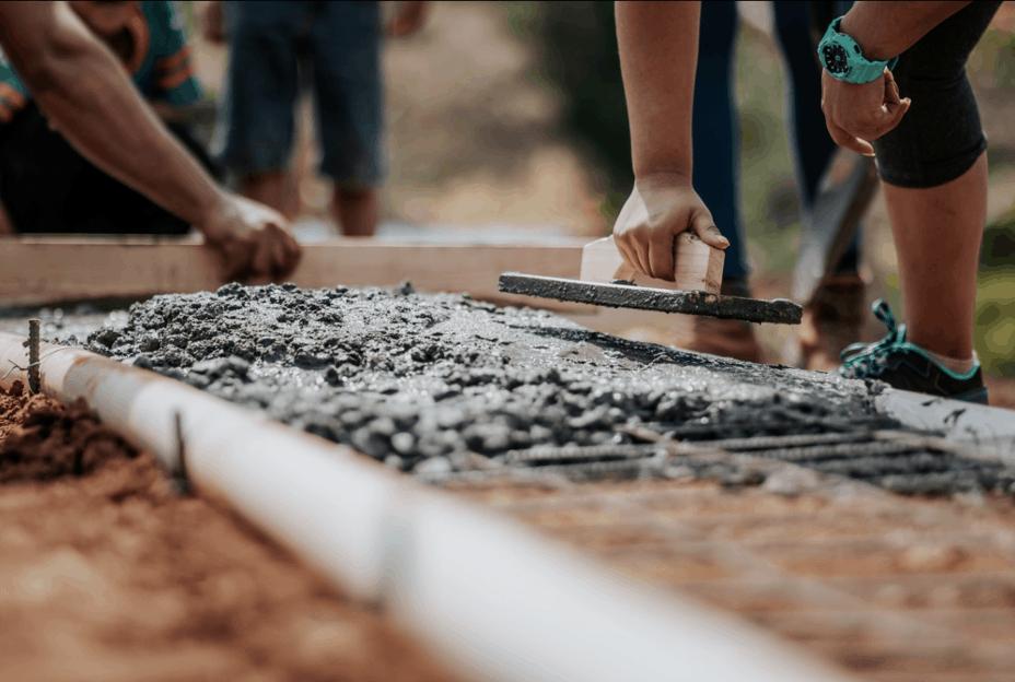 Dělníci nanášející beton