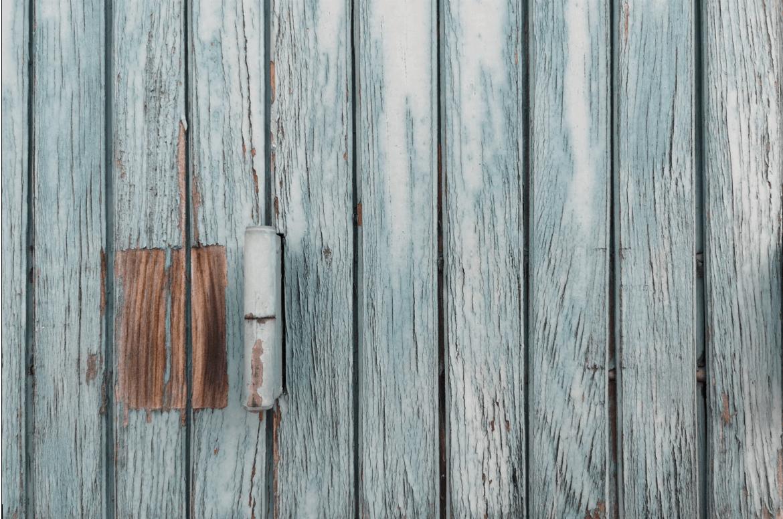 Šedé dřevěné dveře