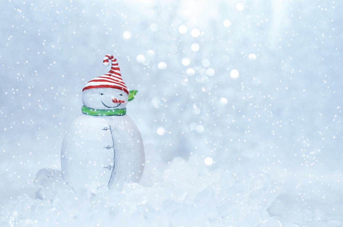 Sněhulák s červenou čepičkou