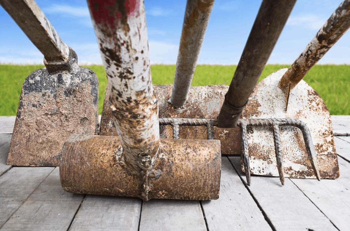 Špinavé zahradní nářadí