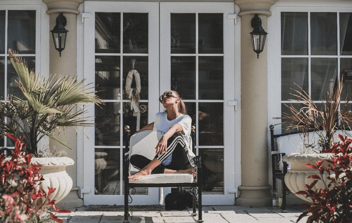 Žena sedící na křesle