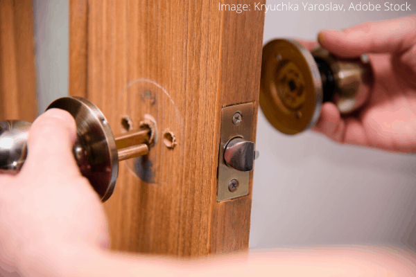 Vyjmutí kliky ze dveří pomocí šroubováku