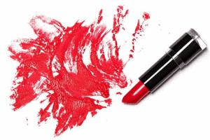 Sådan fjerne læbestiftpletter fra dit tekstil