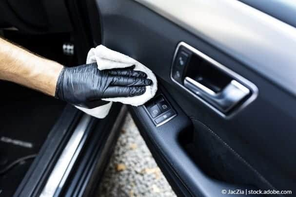 Hvordan renser jeg interiøret i min bil?