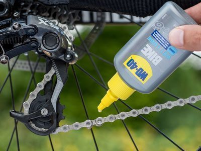 WD-40 BIKE Wet Lube lubcricating a bicycle chain