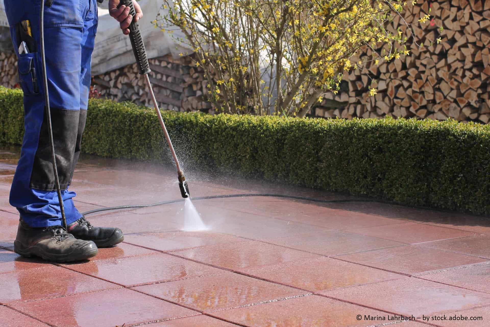Was tun, wenn man den Tag zu Hause verbringt? Die Terrasse reinigen mit WD-40