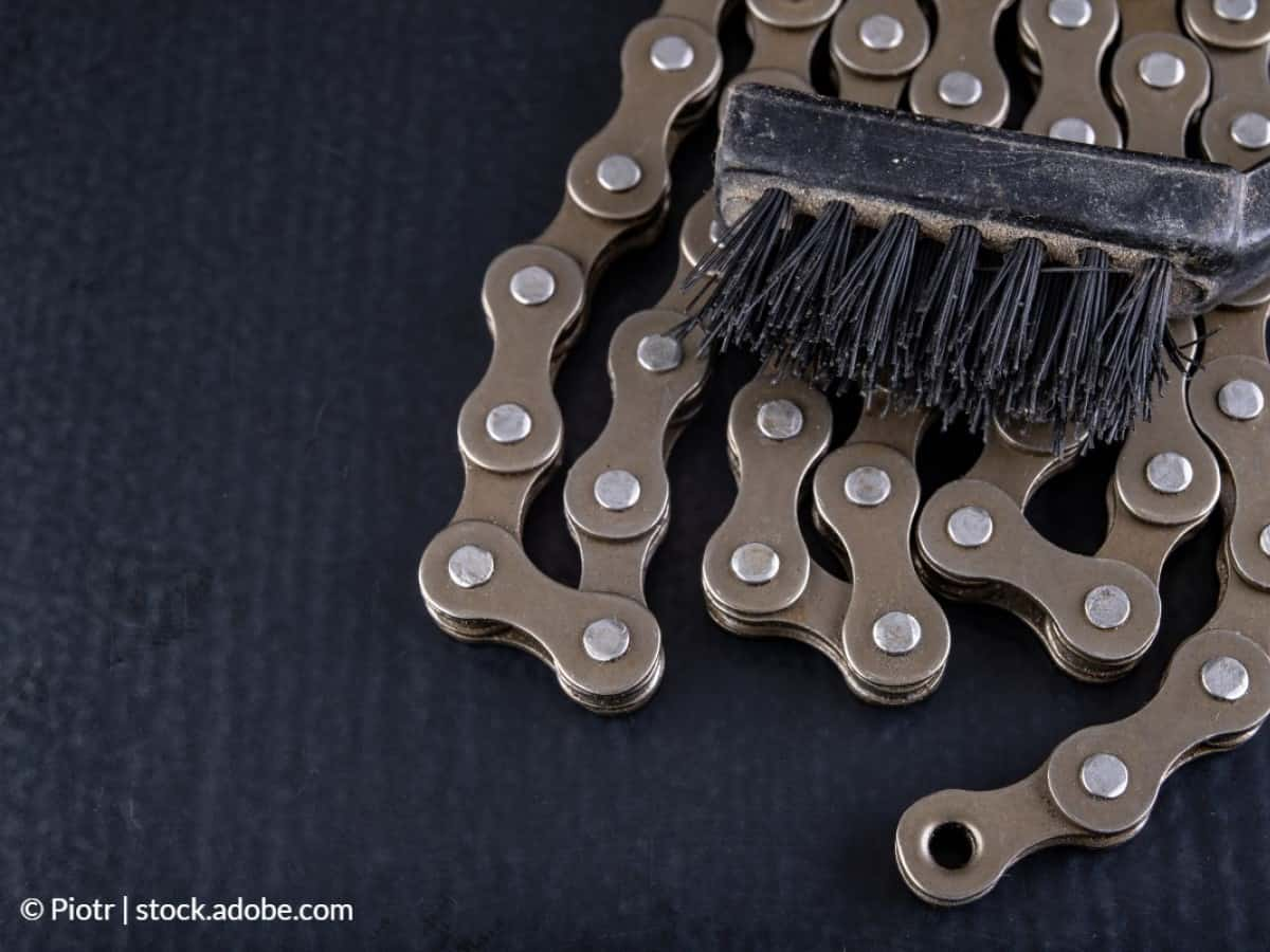 nettoyer chaîne vélo avec brosse