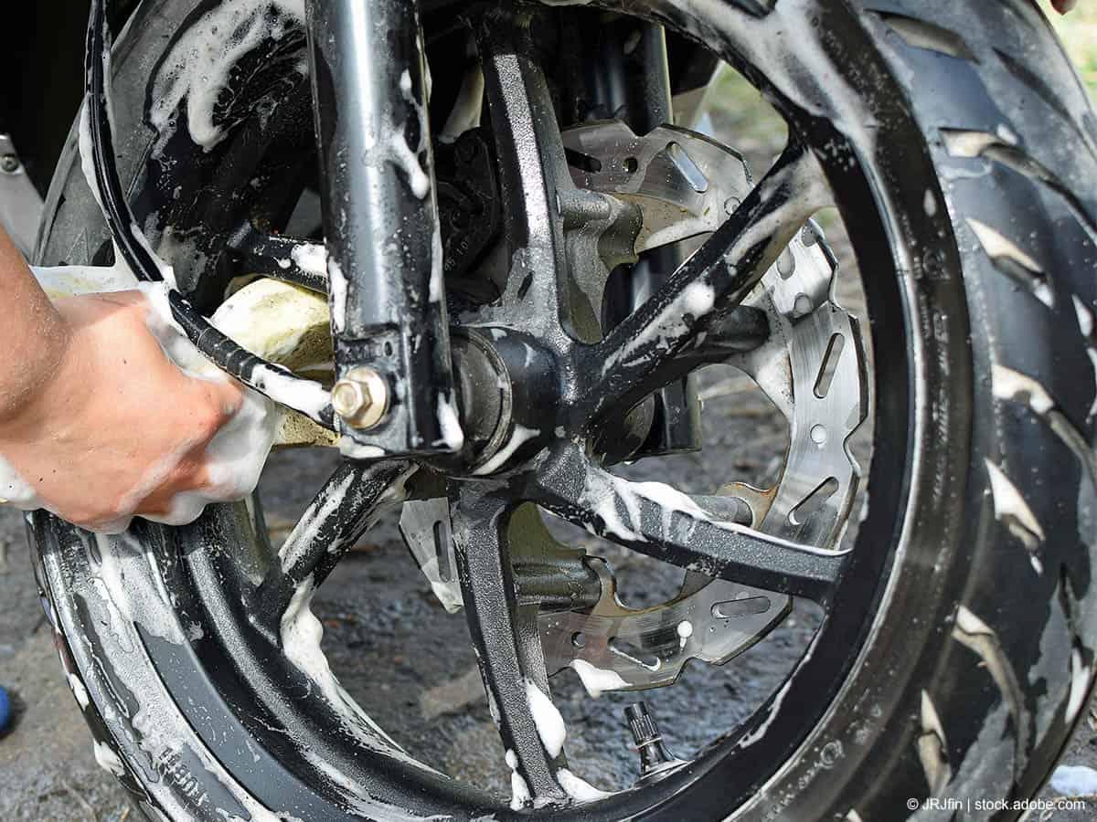 motorradfelden reinigen mit schwamm