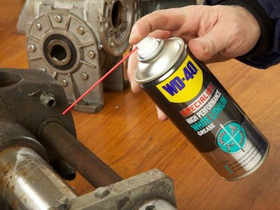 WD-40 Specialist White-Lithium-Grease on rusted bolts