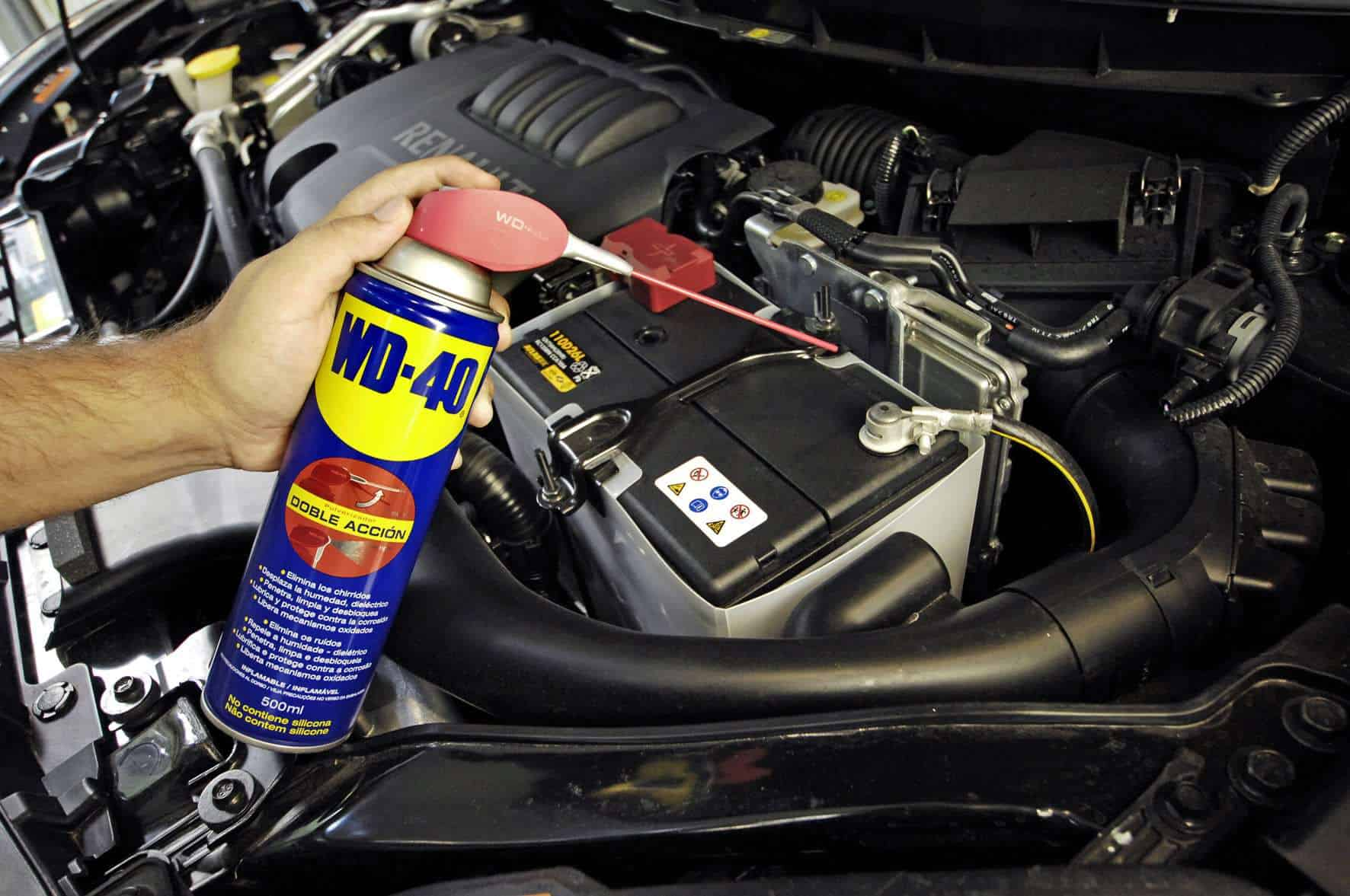 Mantenimiento de la batería del coche con WD40