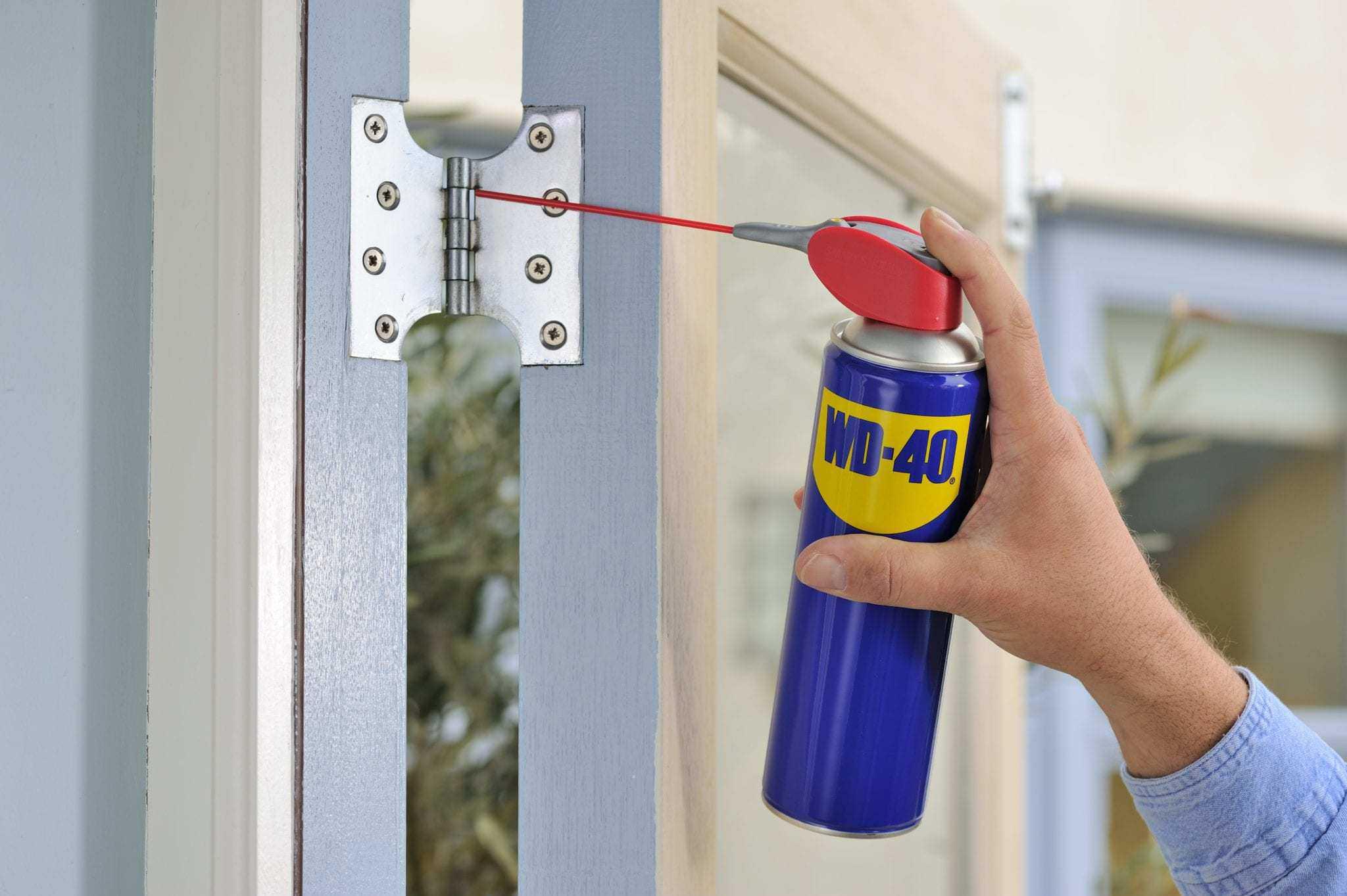 engrasar las bisagras de una puerta