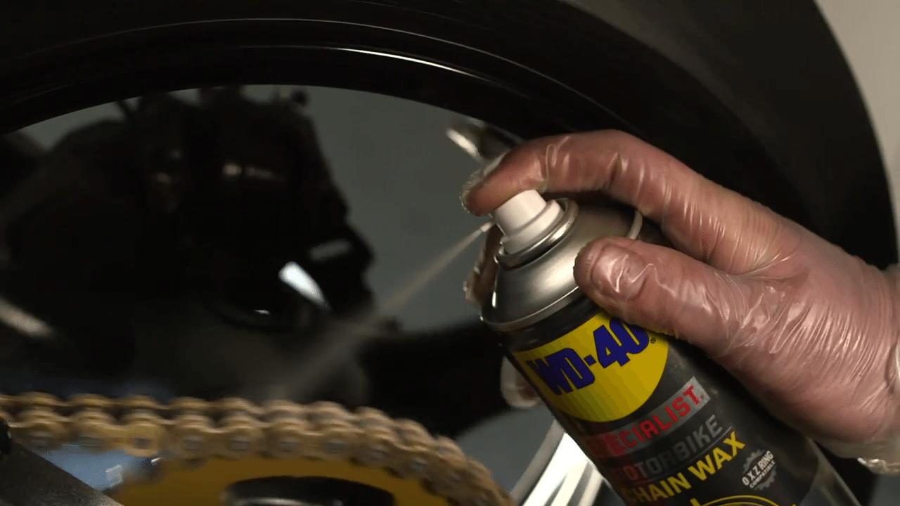 engrasar la cadena de la moto