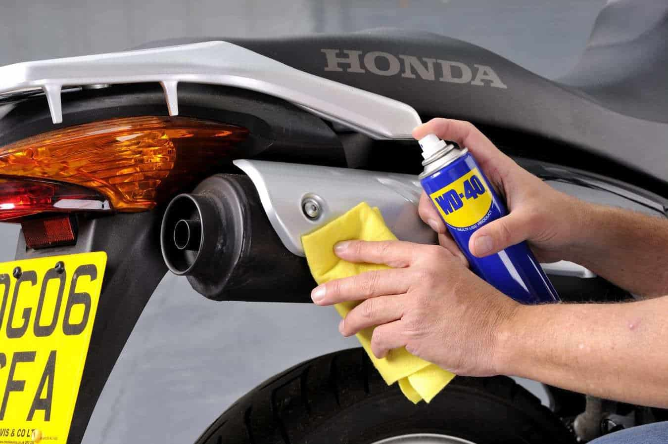 limpiar el tubo de escape de la moto