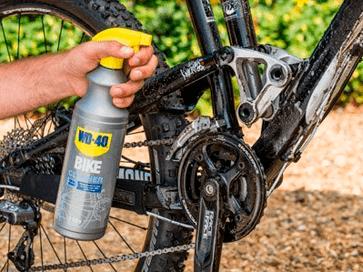 Lavar cuadro de bicicleta con limpiador total WD-40 BIKE
