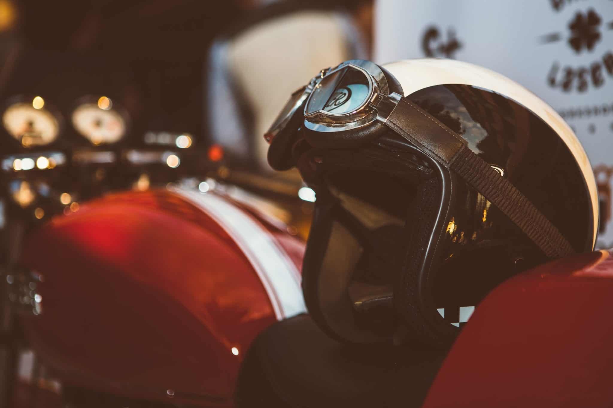 limpiar el casco de la moto