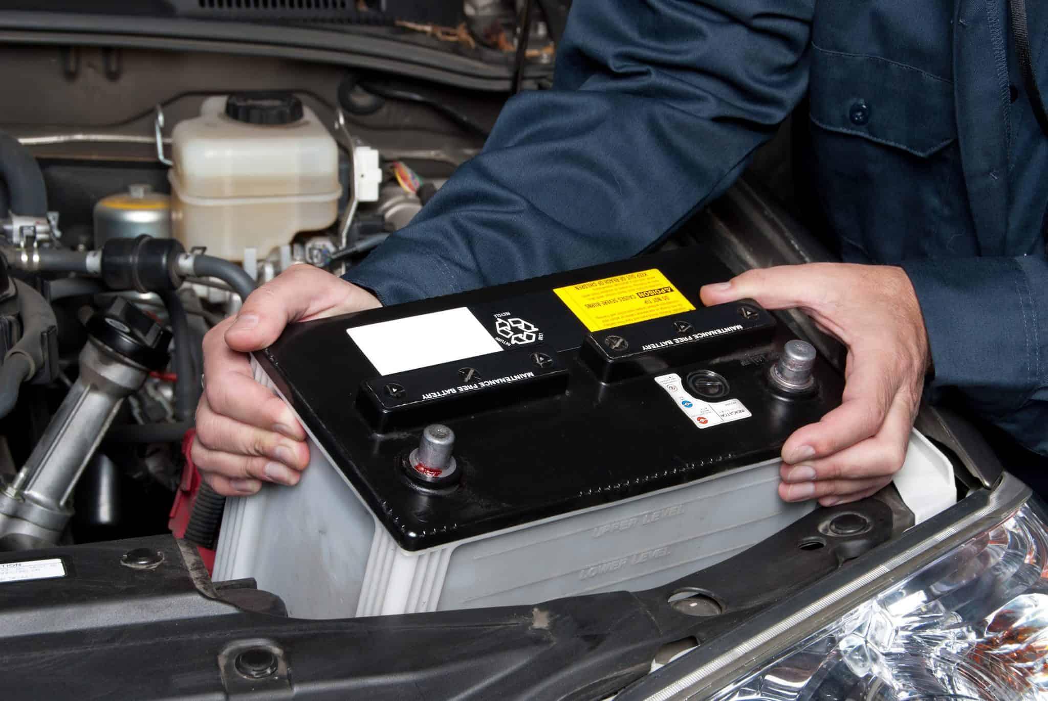 colocar la batería del coche