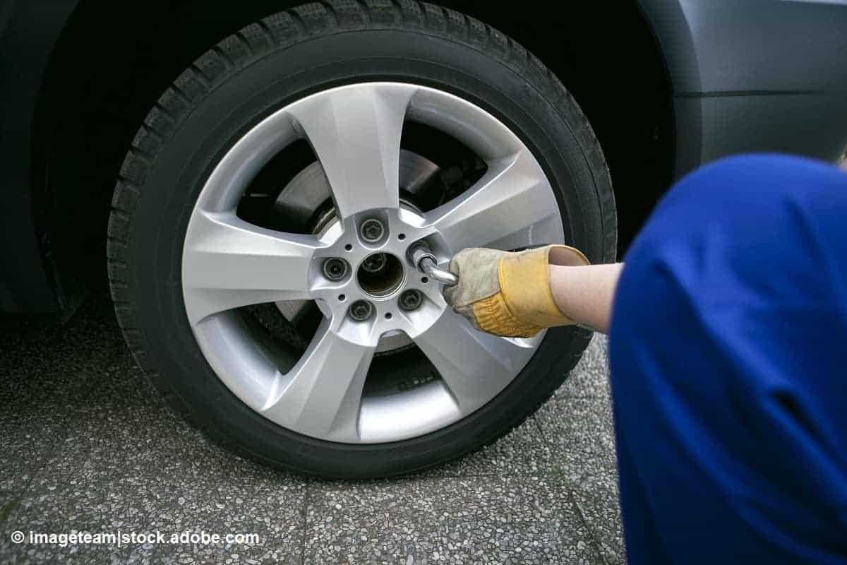 pasos cambiar la rueda de repuesto del coche