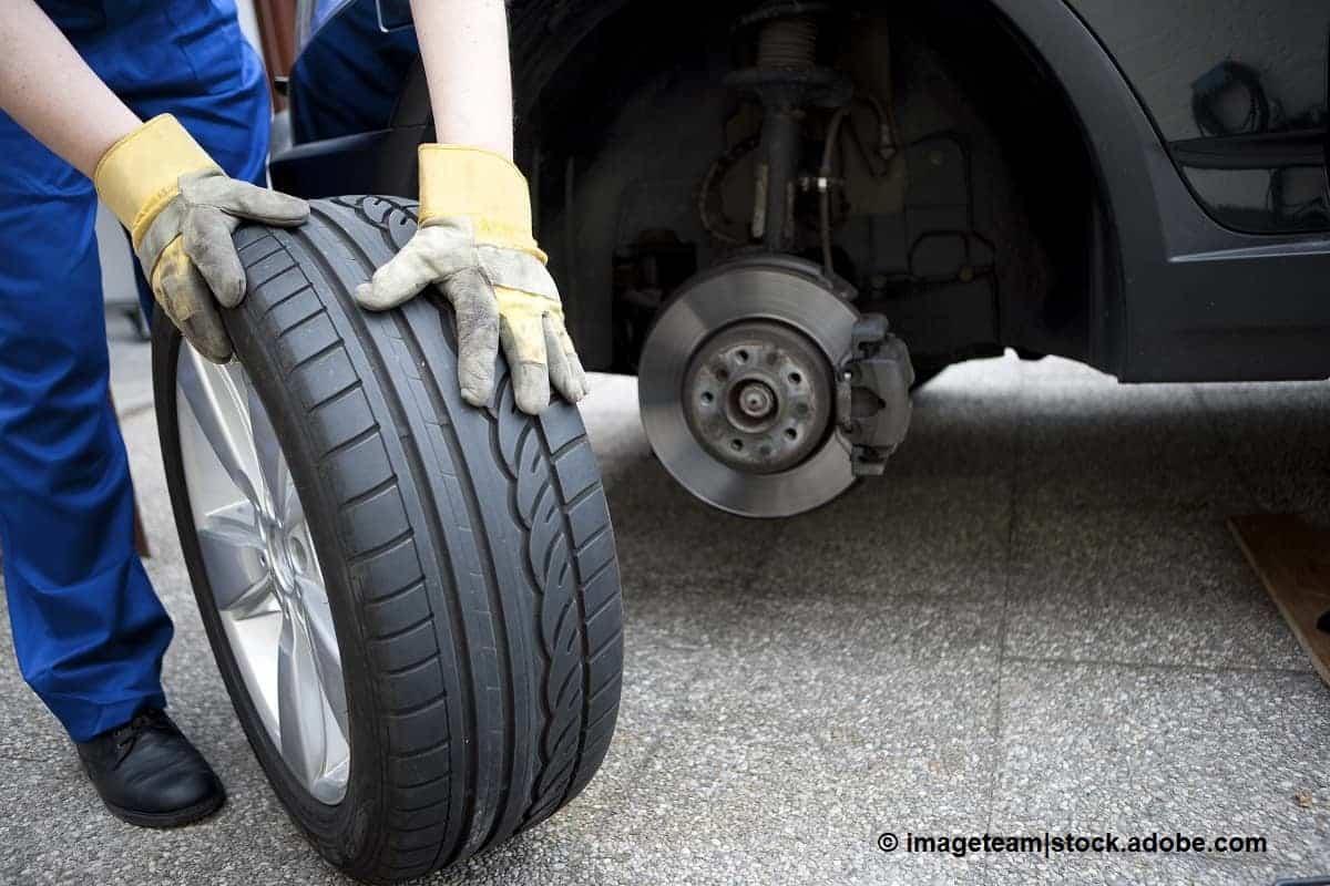retirar rueda de repuesto coche