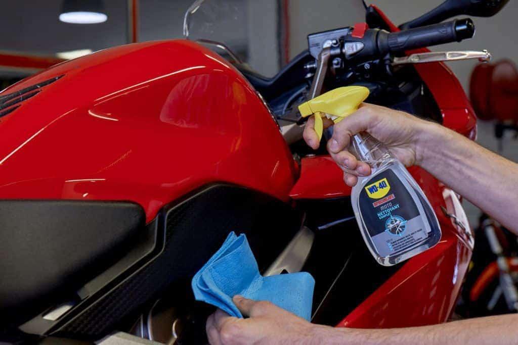 Comment bien nettoyer sa moto à l'aide du Nettoyant Complet ?