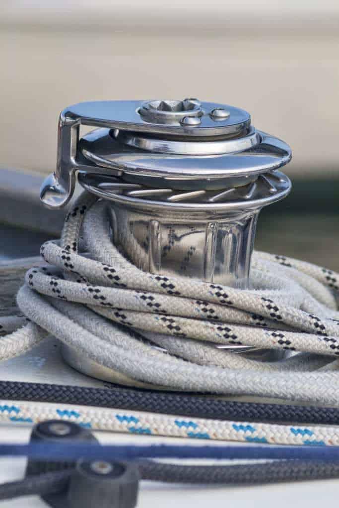 Comment bien hiverner son voilier sans le sortir de l'eau en 7 étapes clés ?
