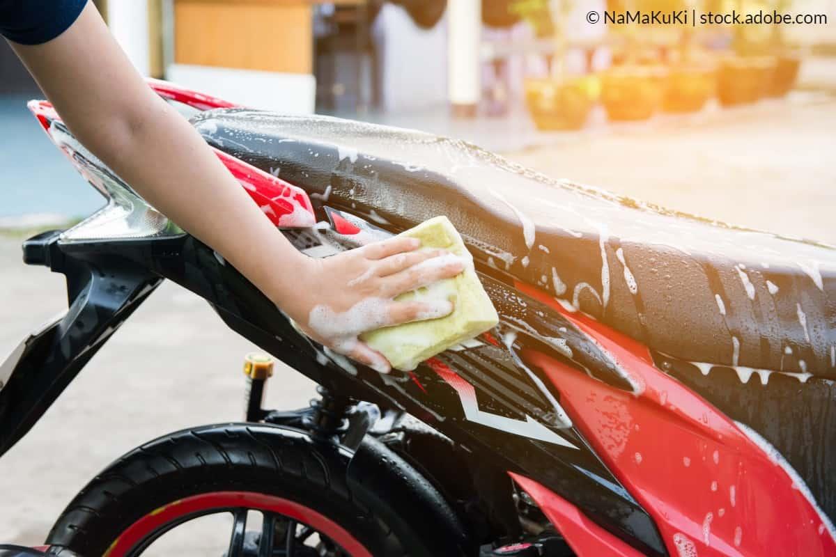 laver moto avec éponge