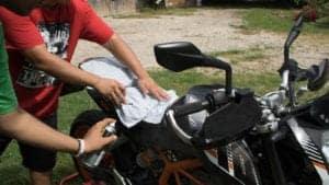 La manutenzione della moto assieme agli studenti dell'Istituto Salesiano