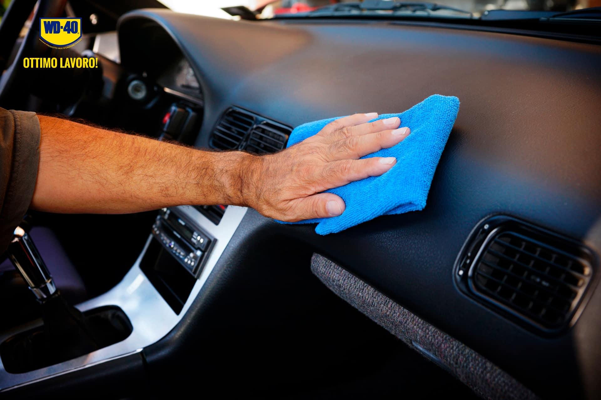 come pulire le parti in plastica dell'auto