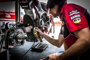 Come pulire i dischi freno della moto con il Pulitore Freni WD-40 Specialist Moto