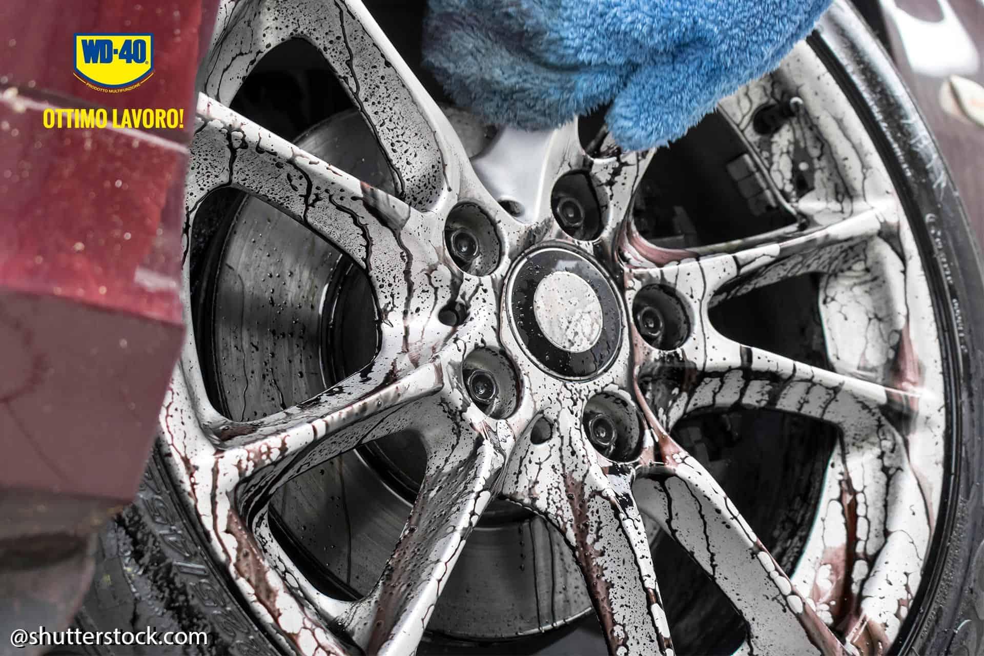 pulire le ruote dell'auto