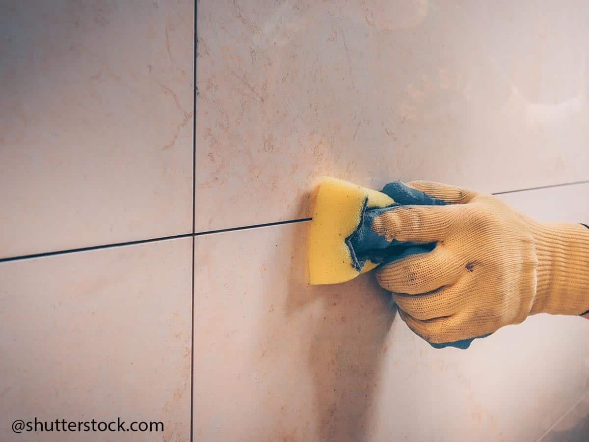 pulire piastrella con spugnatta