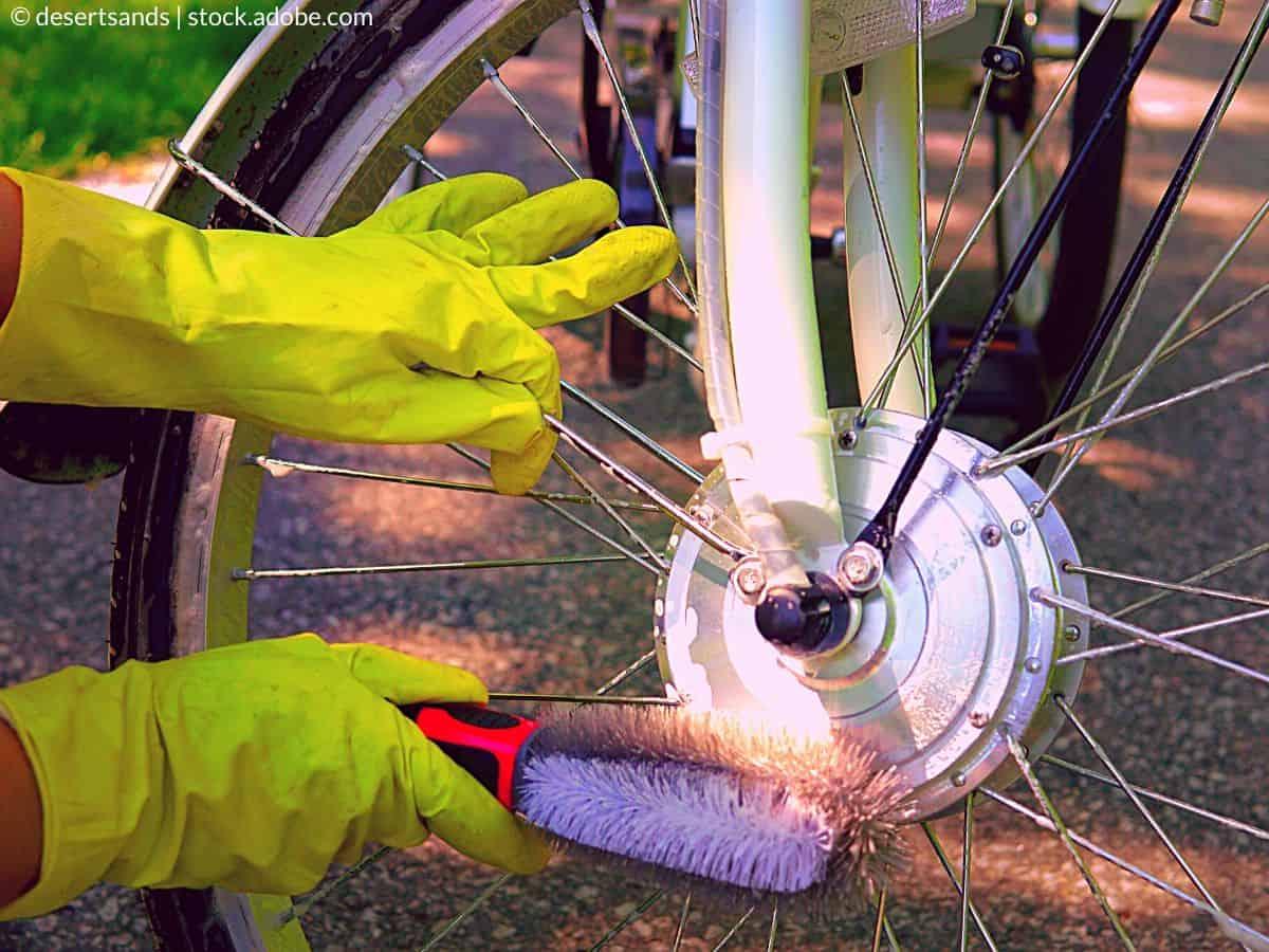 frotter le vélo avec une brosse