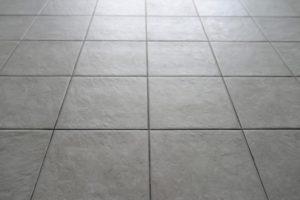 Kā notīrīt švīkas no grīdas - lasi ieteikumus