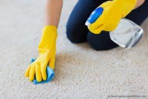 Kā iztīrīt kosmētikas traipus no paklāja