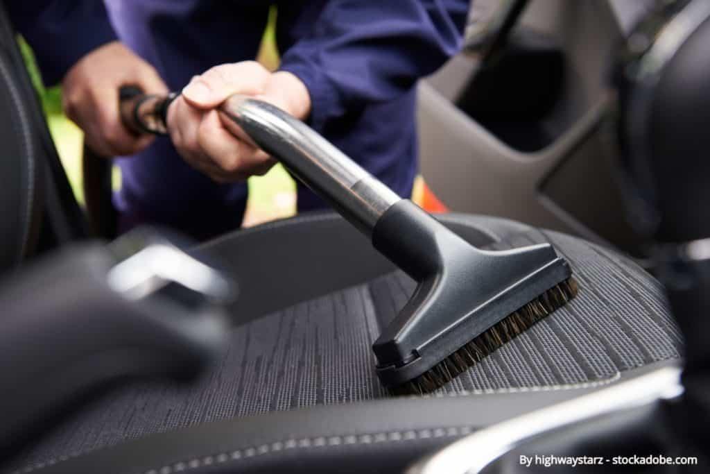 Automašīnas salona tīrīšana
