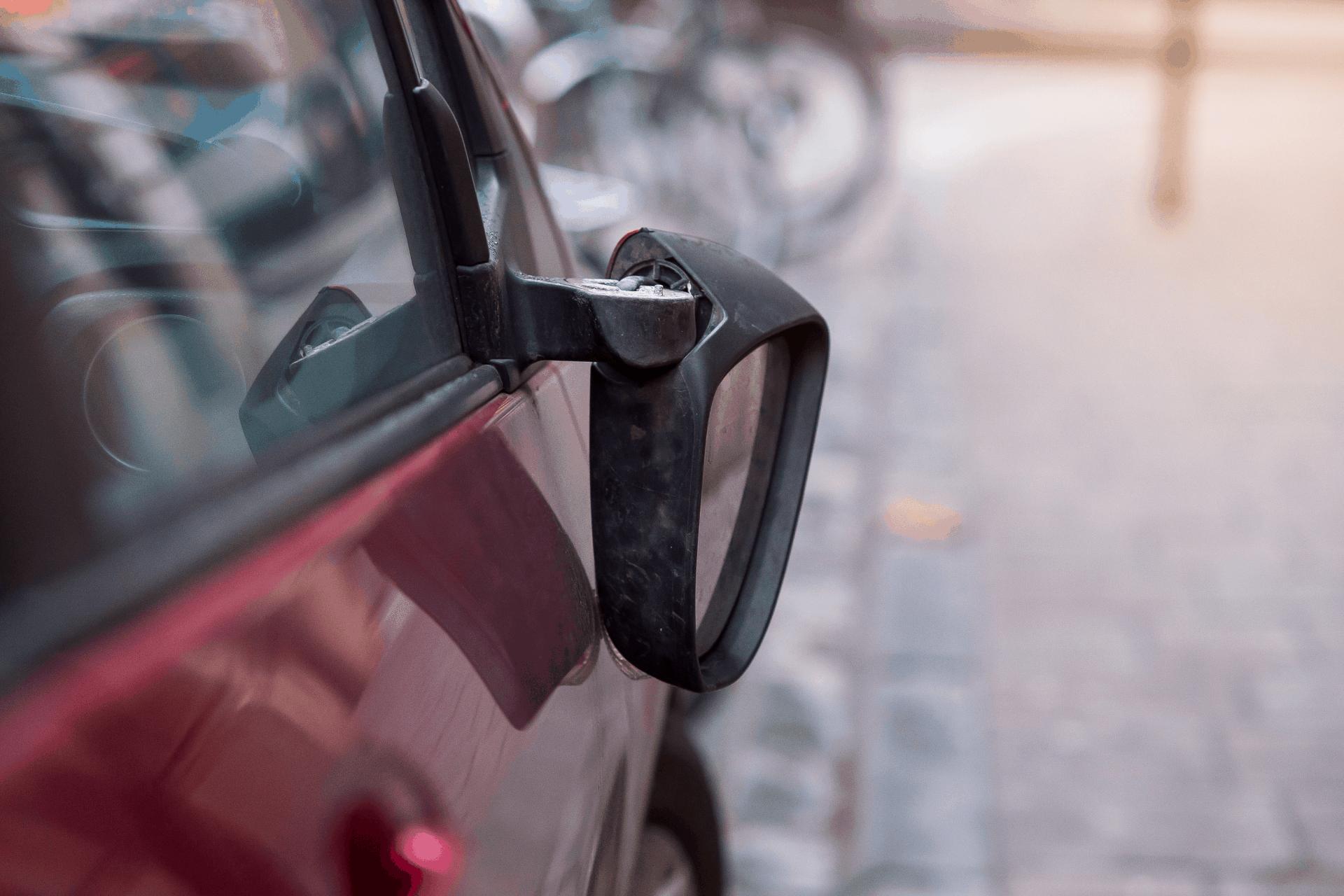 nomainīt automašīnas sānu spoguli