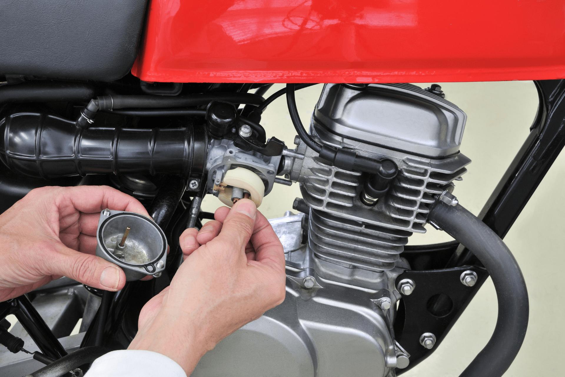 tīrīt motocikla karburatoru