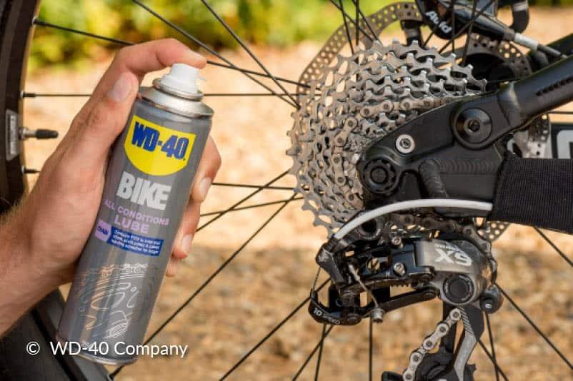 Lubrifiez la chaîne du vélo.