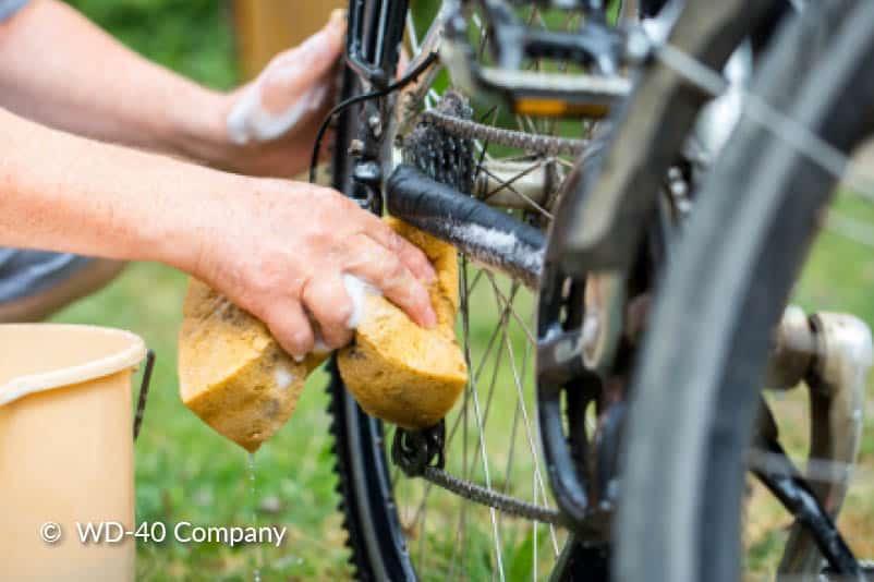 Nettoyez les plaquettes de frein.