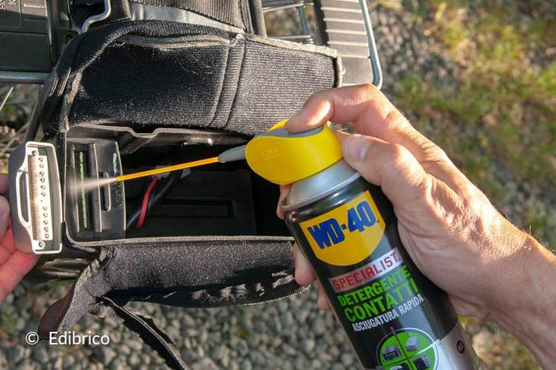 Nettoyer des connexions électriques de voitures et motos.