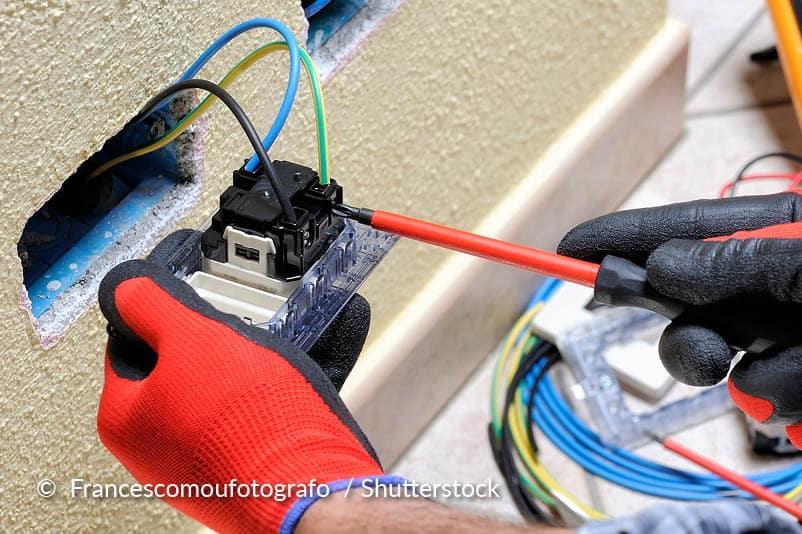 Nettoyer des disjoncteurs et des interrupteurs principaux.