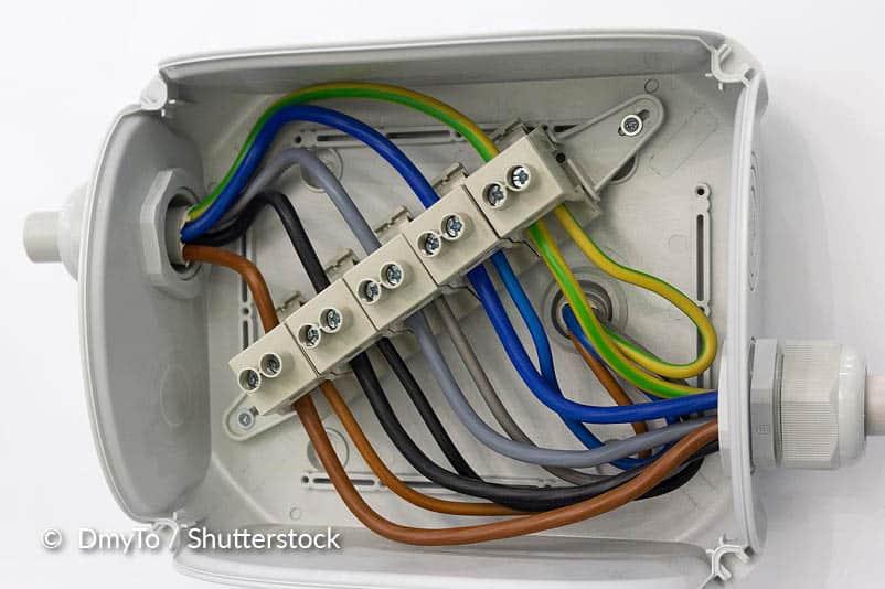 Nettoyer une prise de courant et un interrupteur.