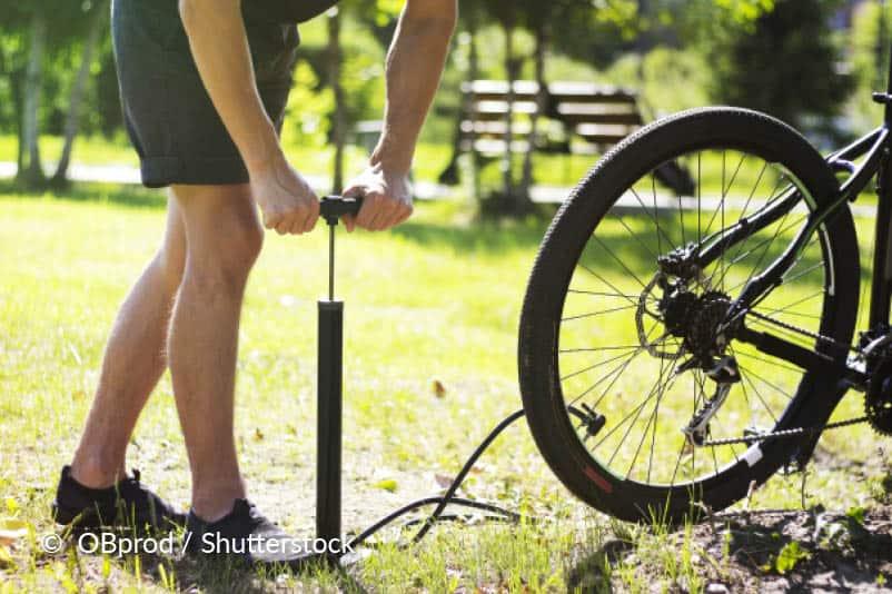 Pomp de band op en vervang het wiel.