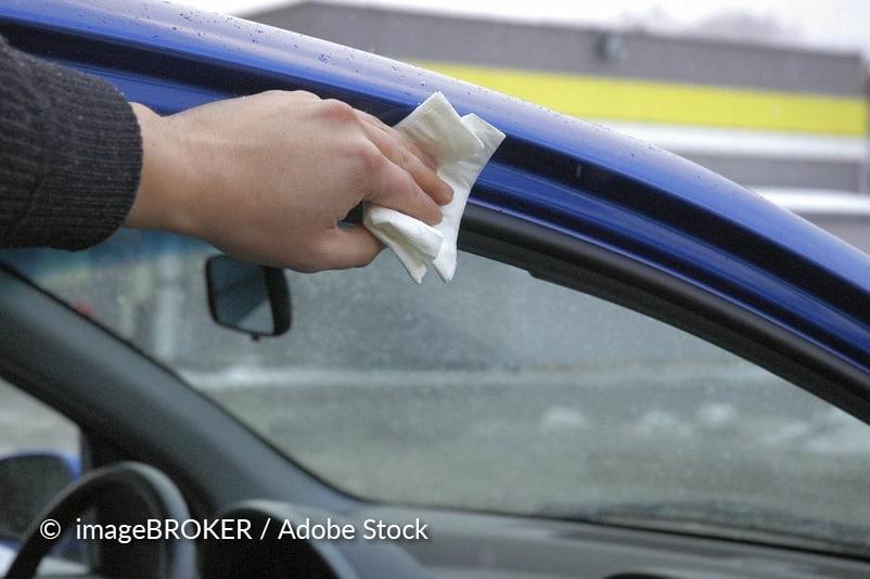 Nettoyez les joints de votre voiture.